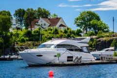 Bello paesaggio norvegese dall'oceano in Norvegia - yacht sulla riva Fotografia Stock