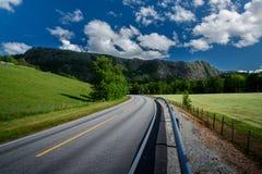 Bello paesaggio norvegese nelle montagne - strada che conduce alle montagne Fotografia Stock