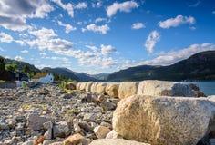 Bello paesaggio norvegese sulla costa di Jorpeland fotografia stock libera da diritti