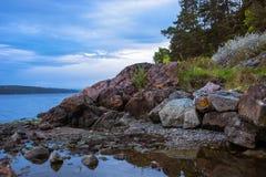 Bello paesaggio norvegese variopinto con la costa ed il cielo blu rocciosi Fotografia Stock Libera da Diritti