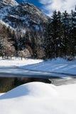 Bello paesaggio puro freddo di inverno su lake lago del predil al sole e cielo blu, alpi di julina, Italia Fotografie Stock