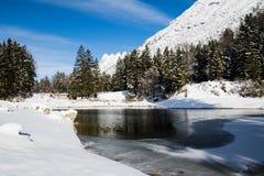 Bello paesaggio puro freddo di inverno su lake lago del predil al sole e cielo blu, alpi di julina, Italia Fotografia Stock