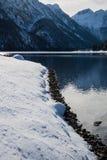 Bello paesaggio puro freddo di inverno su lake lago del predil al sole e cielo blu, alpi di julina, Italia Immagine Stock
