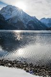 Bello paesaggio puro freddo di inverno su lake lago del predil al sole e cielo blu, alpi di julina, Italia Fotografie Stock Libere da Diritti