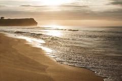 Bello paesaggio quando ora dorata alla spiaggia Immagine Stock