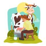 Bello paesaggio rurale con l'agricoltore nel cappello che munge mucca divertente Fotografia Stock