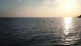 Bello paesaggio scenico con il cielo nuvoloso drammatico alla radura del sole e di tramonto su un'acqua di mare dell'ondulazione  video d archivio