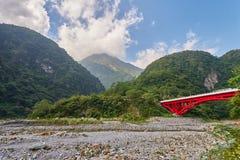 Bello paesaggio scenico della montagna di Taroko con il ponte rosso di Shakadang fotografia stock libera da diritti