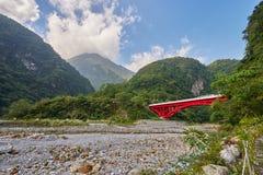Bello paesaggio scenico della montagna di Taroko con il ponte rosso di Shakadang immagini stock libere da diritti