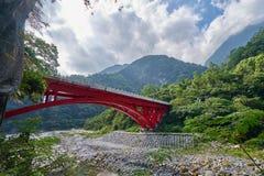 Bello paesaggio scenico della montagna di Taroko con il ponte rosso di Shakadang fotografia stock