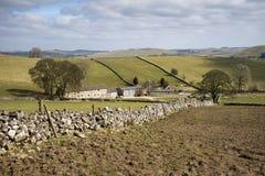 Bello paesaggio soleggiato del distretto di punta nel Regno Unito con lo sto famoso Fotografie Stock