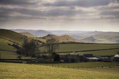 Bello paesaggio soleggiato del distretto di punta nel Regno Unito con lo sto famoso Fotografia Stock