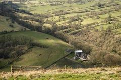Bello paesaggio soleggiato del distretto di punta nel Regno Unito con lo sto famoso Fotografia Stock Libera da Diritti
