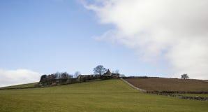 Bello paesaggio soleggiato del distretto di punta nel Regno Unito con lo sto famoso Immagini Stock Libere da Diritti