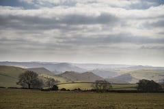 Bello paesaggio soleggiato del distretto di punta nel Regno Unito con lo sto famoso Immagine Stock Libera da Diritti