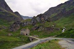 Bello paesaggio sul DES Grandes Alpes dell'itinerario con il passo de l passo di montagna di Iseran del ` in Francia Fotografie Stock