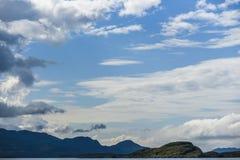 Bello paesaggio sul Mare del Nord in Norvegia con le nuvole sulla a Fotografia Stock