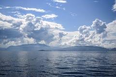 Bello paesaggio sul Mare del Nord in Norvegia con le nuvole sulla a Fotografia Stock Libera da Diritti