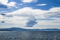 Bello paesaggio sul Mare del Nord in Norvegia con le nuvole sulla a Fotografie Stock