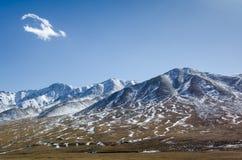 Bello paesaggio tibetano dell'alta montagna con la nuvola sola Immagini Stock Libere da Diritti