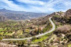 Bello paesaggio, una strada nelle montagne nel Cipro Fotografia Stock Libera da Diritti