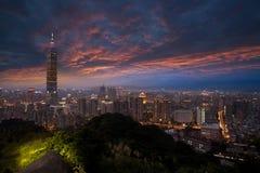 Bello paesaggio urbano del tramonto con l'orizzonte di Taipeh. Immagine Stock Libera da Diritti