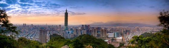 Bello paesaggio urbano del tramonto con l'orizzonte di Taipeh. Fotografia Stock Libera da Diritti