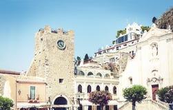 Bello paesaggio urbano dell'Italia, facciata di vecchie costruzioni barrocco con la cattedrale del san Giuseppe sul quadrato del  fotografia stock libera da diritti