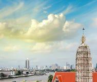 Bello paesaggio urbano di Bangkok al crepuscolo sopra il Chao Phraya Fotografia Stock Libera da Diritti