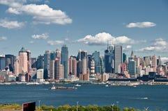 Bello paesaggio urbano di New York sopra il hudson Immagini Stock Libere da Diritti