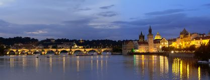 Bello paesaggio urbano di panorama della luce notturna di Praga con Charles BridgeKarluv Most sopra il fiume della Moldava immagine stock