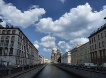 Bello paesaggio urbano di Pietroburgo fotografia stock libera da diritti
