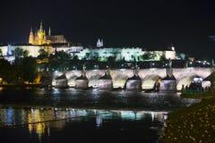 Bello paesaggio urbano di Praga alla notte con Charles BridgeKarluv Most sopra il castello del fiume e di Praga della Moldava, re immagine stock libera da diritti