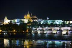 Bello paesaggio urbano di Praga alla notte con Charles BridgeKarluv Most sopra il castello del fiume e di Praga della Moldava, re fotografie stock libere da diritti