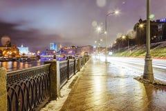 Bello paesaggio urbano, via nella città Mosca di notte Fotografia Stock Libera da Diritti