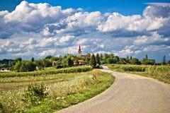 Bello paesaggio verde di paesaggio del villaggio nel tempo di primavera Immagini Stock Libere da Diritti