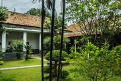Bello paesaggio verde di vecchia costruzione di casa Pekalongan contenuto foto Indonesia immagini stock