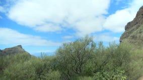 Bello paesaggio, vista da una finestra di un'automobile commovente montagne e nuvole sulla cima spain video d archivio