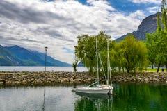 Bello paesaggio Vista della polizia del lago, del di Riva, Italia Destinazioni popolari per il viaggio in Europa Immagini Stock Libere da Diritti