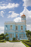 Bello palazzo blu con un cielo nuvoloso Immagine Stock Libera da Diritti