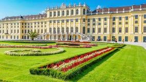Bello palazzo di Schonbrunn con l'aiola variopinta Vienna, Austria Immagini Stock Libere da Diritti