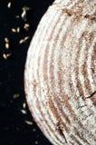 Bello pane crostoso su fondo nero Fotografia Stock