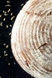Bello pane dell'artigiano su fondo nero, vista superiore Immagine Stock Libera da Diritti