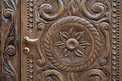 Bello pannello di legno ornately scolpito in una porta antica Fotografia Stock