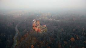 Bello panorama aereo scenico del museo antico del castello di Turaida Sigulda, in Lettonia, foresta di autunno e strada principal stock footage