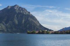 Bello panorama del lago nel lovere del nord dell'Italia Immagini Stock