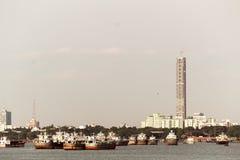 Bello panorama della città di Calcutta sul fiume Hooghly in un giorno soleggiato Pescando i trallers sono fotografia stock