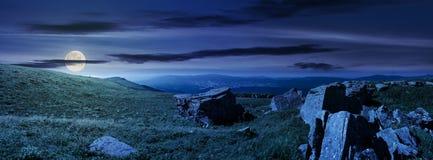 Bello panorama della montagna di Runa alla notte fotografia stock