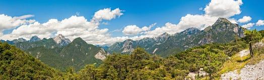 Bello panorama delle alpi italiane nel giorno di estate Fotografie Stock