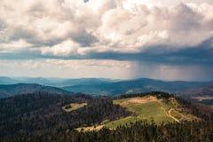 Bello panorama delle montagne con un prato e un desiderare ardentemente fotografia stock libera da diritti